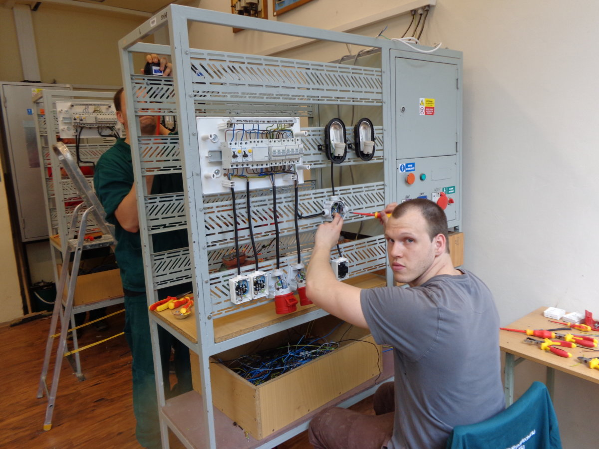 Elektrikáři ve výcviku